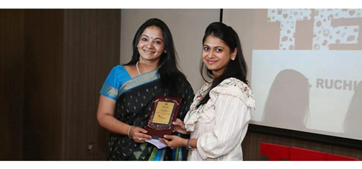 Ms Ruchi Khemkafelicitated by RSET Trustee Ms Nishita Goenka
